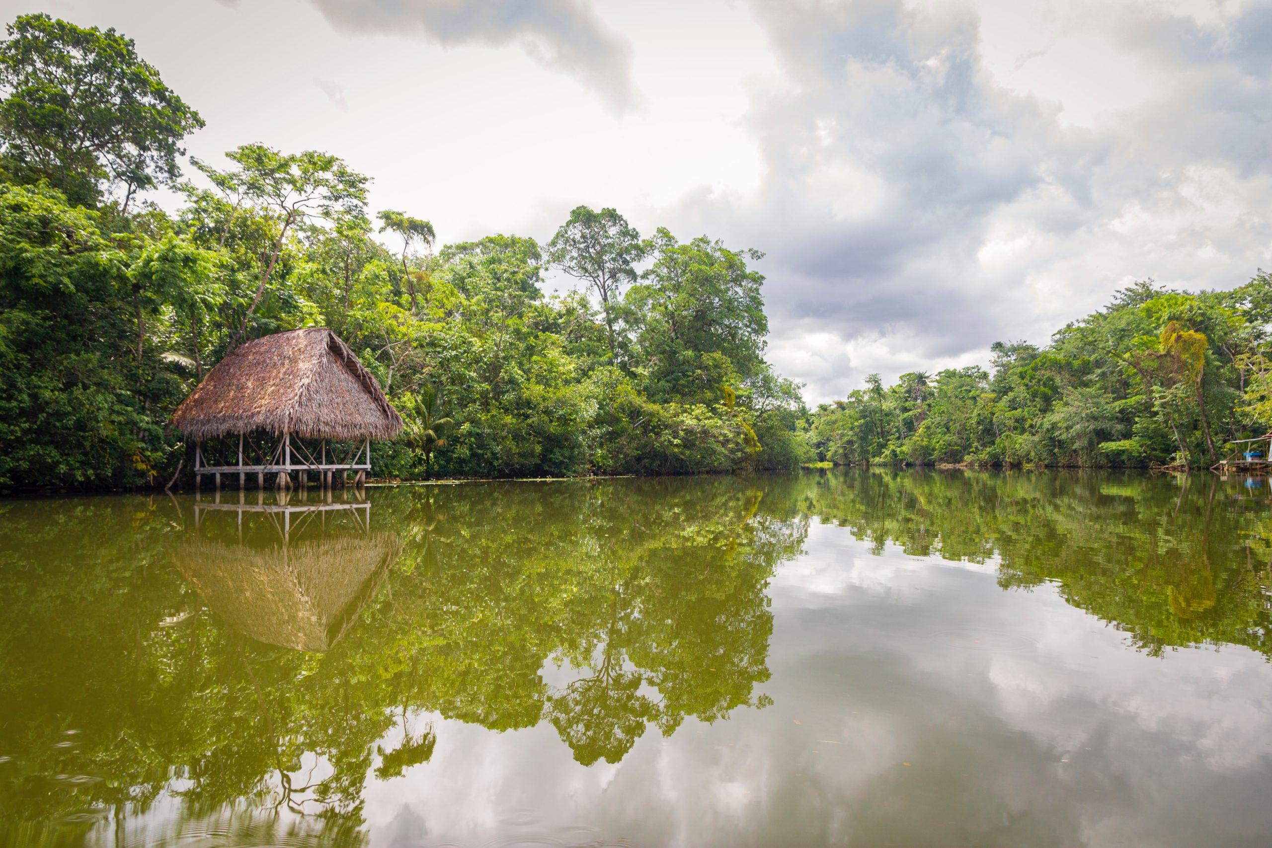 Eine Hütte steht auf Pfähler in einem Fluss