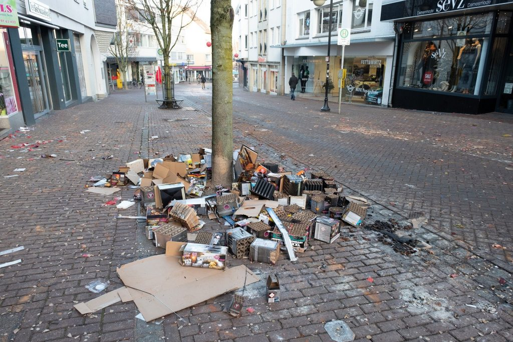 Abfall auf der Straße am Neujahrstag.