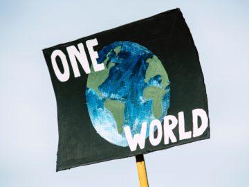 One World-Plakat bei Klimastreik